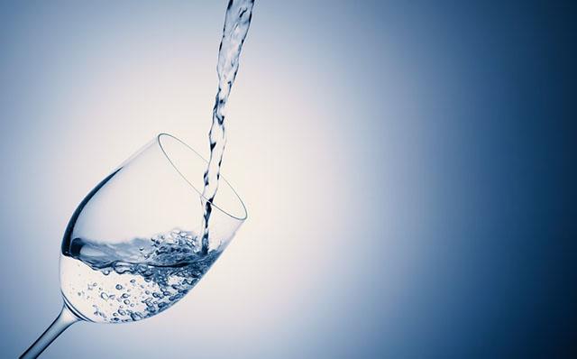 シリカ水が注がれるコップ