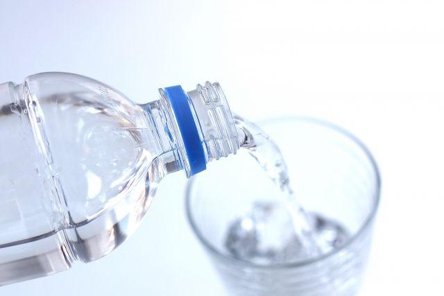 コップに注がれるペットボトルの水